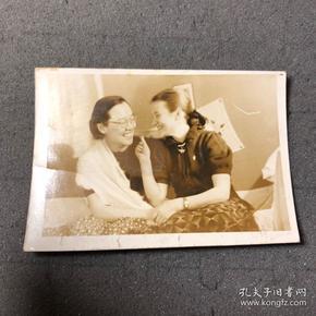民国老照片,两位知识女性的老照片,他们笑的那么灿烂,有一位女士应该是混血或者外国女性,太美的画面,尺寸也挺大