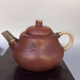 紫砂名家杨彭年底款,镶玉知足心安紫砂壶一把,具体细节如图