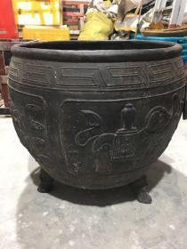 康熙十五年吉祥如意浮雕镇宅大铁缸一口,重达246斤,尺寸:80cm*72cm*67cm。