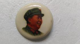"""文革时期出品""""军装、毛主席万岁""""(塑胶海绵衬、右侧头像)毛主席像章"""
