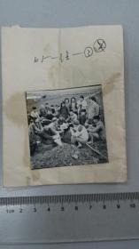 1964桐城徐河公社上马生产队 社员田头读报