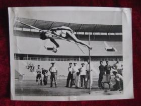 新华社摄影记者王敬德老照片     山东选手郑凤荣在五项全能运动比赛中  这是她跳高的一个镜头     照片20厘米宽15厘米    B箱——16袋