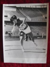 著名摄影记者张赫嵩老照片    江苏选手崇秀云以14.3米的成绩取得了女子铅球冠军    崇秀云——亚洲女子铅球冠军  照片20厘米宽15厘米    B箱——16袋