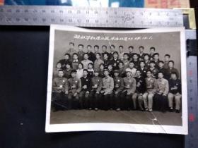 《1968年国庆节解放军和造反派永远心连心》 手捧红宝书胸戴毛主席像章的革命闯将合影留念