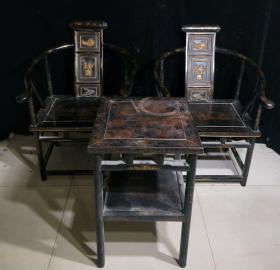老漆器桌椅一套,桌子高70厘米,宽45厘米,椅子长63厘米,高94厘米,宽45厘米