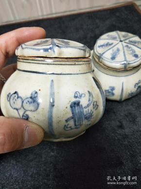 手工手绘制作瓷器,青花六面图小罐一对。尺寸看图,介绍仅代表藏品本身体现的个人观点,不做任何承诺。请自荐哦