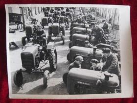 五十年代老照片      成都拖拉机厂  生产出来的拖拉机     照片长20厘米宽15厘米    B箱——9号袋