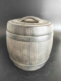 光绪年制紫砂罐一个,酒桶形状,造型独特,制作精美。全品无磕碰。