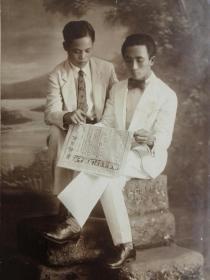 民国二男子读报背后签名明信片照片,拍摄清晰度佳,相纸名贵