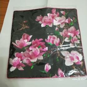 纯真丝刺绣。花卉图案靠垫。(不含枕芯)可用做座垫、摆设、靠枕。全新、未开封。低于网上和市场价。
