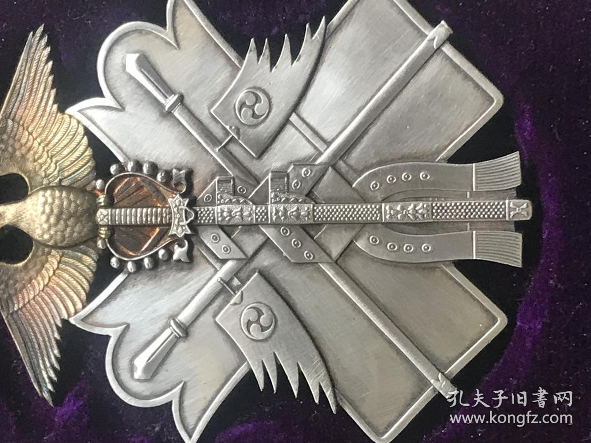 成人囹�a�i)�aj_从勋章的造型上看,勋章的造型图案的为金A,环绕绶带的神剑,盾牌,长矛