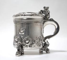 瑞典20世纪830纯银古董巴洛克风格带盖杯 尺寸:高14.5CM,直径11CM 重量:701克 银标年代:1952  纯手工錾刻,高浮雕工艺,非常漂亮,狮子造型的盖顶设计尤为漂亮,皇家气派。12532#