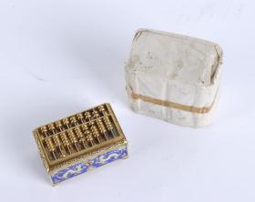 景泰蓝小算盘一件(七八十年代 出口创外汇 工艺品精品;底座与盘身一体,底座边缘刻有精美花卉纹饰,尺寸:4.5*8*2cm)HXTX101326