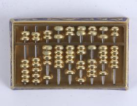 景泰蓝算盘小盒一件(七八十年代 出口创外汇 工艺品精品;盒方形,盒盖与合身扣合,盒盖上有算盘一副,盒身刻有双龙纹饰)HXTX101327