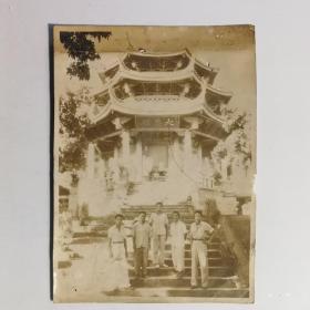 二十年代着火前珍贵留存民国厦门思明区南普陀寺大悲殿照片,前有五名合影人员