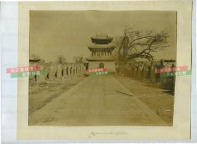 清代1900年左右北京科舉教育考試貢院明遠樓老照片,八國聯軍攻入北京后,數月間變成一片斷壁殘垣,照片中可見在樓上合影的外國士兵,兩側的都是成排的號舍,清代學子就是在這里完成考試答卷的