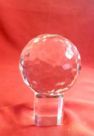 多棱实心水晶球       高包括底座15cm,水晶球直径11cm,重1962克。第一图无灯光拍图,笫二图手机闪光灯助拍图。多棱水晶球经灯光反射更加漂亮!