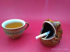 """创汇期""""中国制造""""款酱釉动物趣味造型烟灰缸 (青蛙)色彩鲜美,釉水丰厚"""