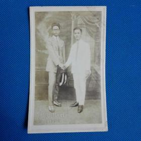 民国男子握手明信片照片