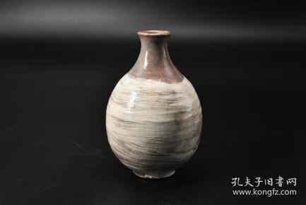 (P1569)《日本传统工艺瓷器》花瓶1件 日本陶磁 陶瓷花瓶  瓶口直径3.1cm最宽直9.3cm 高14cm 日本瓷器的发展自应永年到昭和共经历了500多年的历史,烧瓷行业在不断地发展,技术也在不断地进步,有的已经达到了很高的水平。
