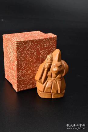 (P0665)《日本瓷器香盒》原盒生肖香合一件 日本乌帽子猿 猴造型 身、脚可分离 可贮藏香料等小物件 尺寸约:4*3.7*6.7cm  香盒,是用于盛装焚香用的香料的小容器。过去的文人雅士,在读书写字、弹琴抚筝、品茗弈棋的时候,喜欢焚一炉香,以增添风雅的意趣。