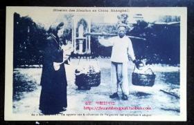 清代民国老明信片-上海教会修女和用扁担挑着的儿童