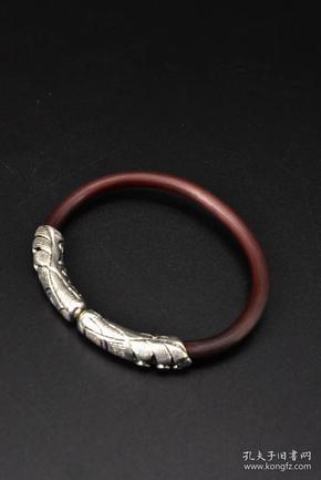 (P0838)《鸡血藤藏银手镯》一件 手镯厚度为4.6mm 内径:57.2mm 总重量15.8g 。鸡血藤镯是很古老的藏饰之一,生长在海波4000米以上的高山,产自大巴日神山脚下,产量稀少,且含有藏药成分,故极其珍贵难得。