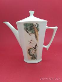文革淄博瓷陈贻谟的设计风格 六棱松鹤延年茶壶