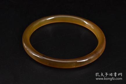 (P0938)《牛角手镯》一件 内径:6.3cm 高:0.77cm 厚:0.7cm 重:12.37g。