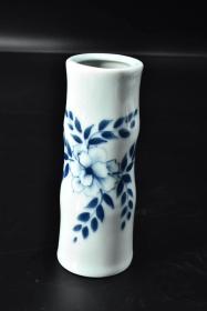 (P2361)《手绘青瓷花瓶》一件  瓶口直径:4.3cm  高:17cm  纯手绘图案