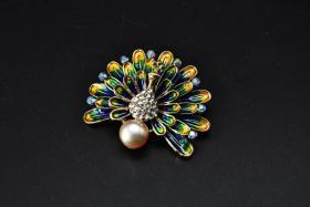 (P1481)《珍珠胸针》1只 重量21.86g 胸针镶嵌珍珠1颗 珍珠尺寸9.4MM 胸针又称胸花 是一种使用搭钩别在衣服上的珠宝 也可认为是装饰性的别针 一般为金属质地 上嵌宝石 珐琅等 可以用做纯粹装饰或兼有固定衣服的功能