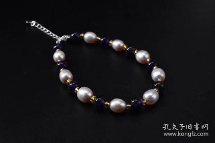 (P1418)《纯天然珍珠紫水晶手串》一件   总重量:8.6克 珍珠尺寸:7.5*6.8*6.8毫米 高级天然珍珠 莹润透亮 色彩斑斓 具有粉白浅瑰丽色彩和高雅气质 象征着健康 纯洁 富有和幸福 自古以来为人们所喜爱
