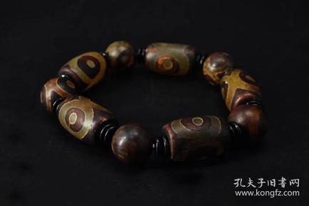 (P1552)《天珠玛瑙手串》1串 玛瑙单颗尺寸:2.2*1.3*1.3mm,手串周长:18cm。总重量:58克。通透,该玛瑙表示能生出一切财宝的意思,功德利益,具有增加财富的效益。