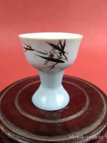 创汇期蓝釉手绘竹子瓷酒杯,杯底镶有玻璃球,喝酒时呼之欲出的感觉