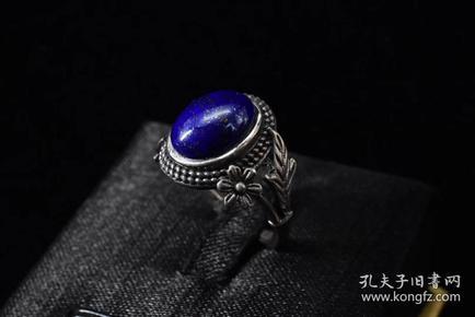 (P1318)《青金石饰品戒指》一枚 总重量:4.4克。戒面尺寸:12*9mm  青金石佛教称为吠努离或璧琉璃,是古代东西方文化交流的见证之一。