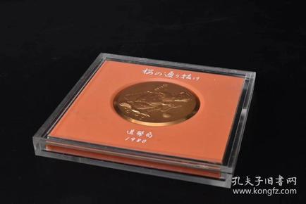 (P1407)1980年《樱花大道纪念章》原封套原盒一枚 纪念币 纪念章正面为美人 后为樱花图案 浮雕 做工精美 造币局制 高超的铸造技术 直径:5.5cm 厚约:0.5cm 重量:98g