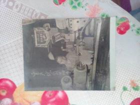 """老照片  女车工   设备上有红旗""""市机械工业局红旗设备""""  背面有字迹"""