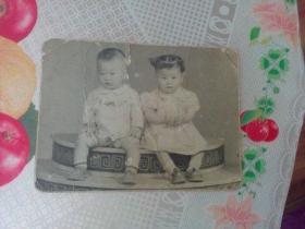老照片   两个小可爱   上方有破裂  有折痕