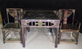 包老漆器桌椅一套,条案 长2米4,高84厘米,宽43厘米, 方桌宽93厘米,高83厘米椅子长57厘米,宽44厘米,高98厘米