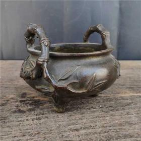 黄铜竹子耳三足香炉 案头铜炉尺寸 13*10.8厘米(宽度*高)口径 10.8厘米重量 2.6斤