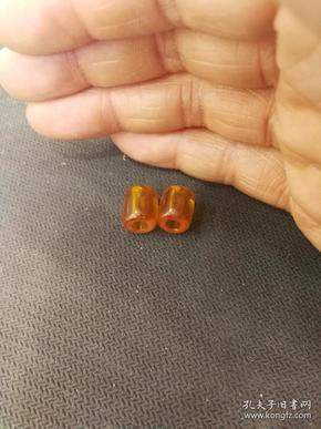 十八十九世纪欧洲贵族蜡,尺寸约9mm×11mm,二代仿琥珀。贵族蜡:是合成蜡,也叫配方蜡,发源于欧洲,以德国制造的最好,当时欧洲人用于与非洲、西亚一些地区做贸易,换取象牙、犀角等商品,传统的合成蜡主要以胶木为主,是用多种配方合制而成,这种配方已经失传。包浆孔道磨损漂亮,皮壳润透,大孔道,品相如图磨损到位,配串相当不错。喜欢的不要错过!