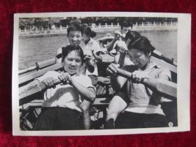 六十年代老照片    参加航海活动的队员们正在兴致勃勃的划船           照片15厘米宽10.2厘米    B箱——18号袋