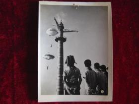 六十年代老照片    北京跳伞俱乐部在暑假举行的短期培训班,这是他们从40多公尺的跳伞塔上进行跳伞联系          照片15厘米宽10厘米    B箱——18号袋