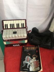 七八十年代儿童用带羊皮包的手风琴和教材一套,保存完整正常使用全品包老