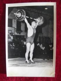 六十年代老照片     我国重量级举重选手 吕光兴 在举重表演赛中刷新全国纪录           照片15厘米宽10.2厘米    B箱——18号袋