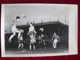 六十年代老照片    越南人民足球队和北京部队足球队在 北京先农坛体育场 军性的比赛场面         照片15厘米宽10.2厘米    B箱——18号袋
