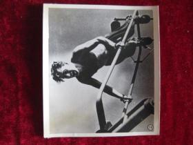 六十年代老照片    苏联宇宙航行员 季托夫在练习专门的体操动作——旋梯,为飞行准备         照片15厘米宽10.2厘米    B箱——18号袋