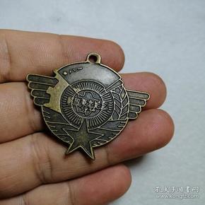 解放东北纪念 铜徽章