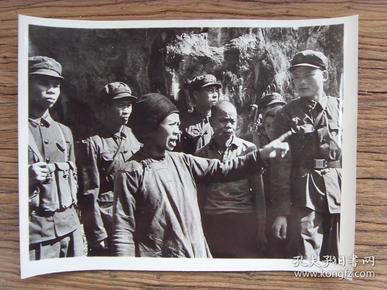 超大尺寸老照片:【※ 1979年,对越自卫反击战----广西靖西县边境村民,向我边防战士控诉越南罪行 ※】