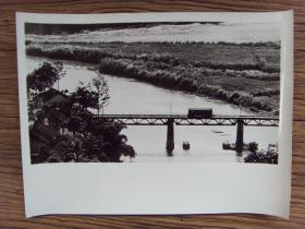 超大尺寸老照片:【※ 1979年,对越自卫反击战----越南侵略者将棚车推上云南河口中越友谊大桥,封锁大桥,切断与中国联系 ※】